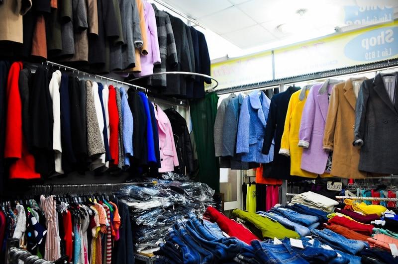 một gian hàng quần áo ở dốc lã ninh hiệp